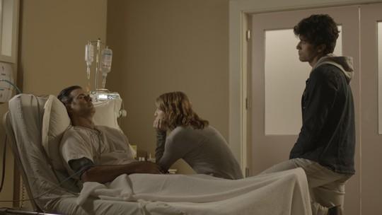 Juliana se emociona ao ver Ricardo acordado