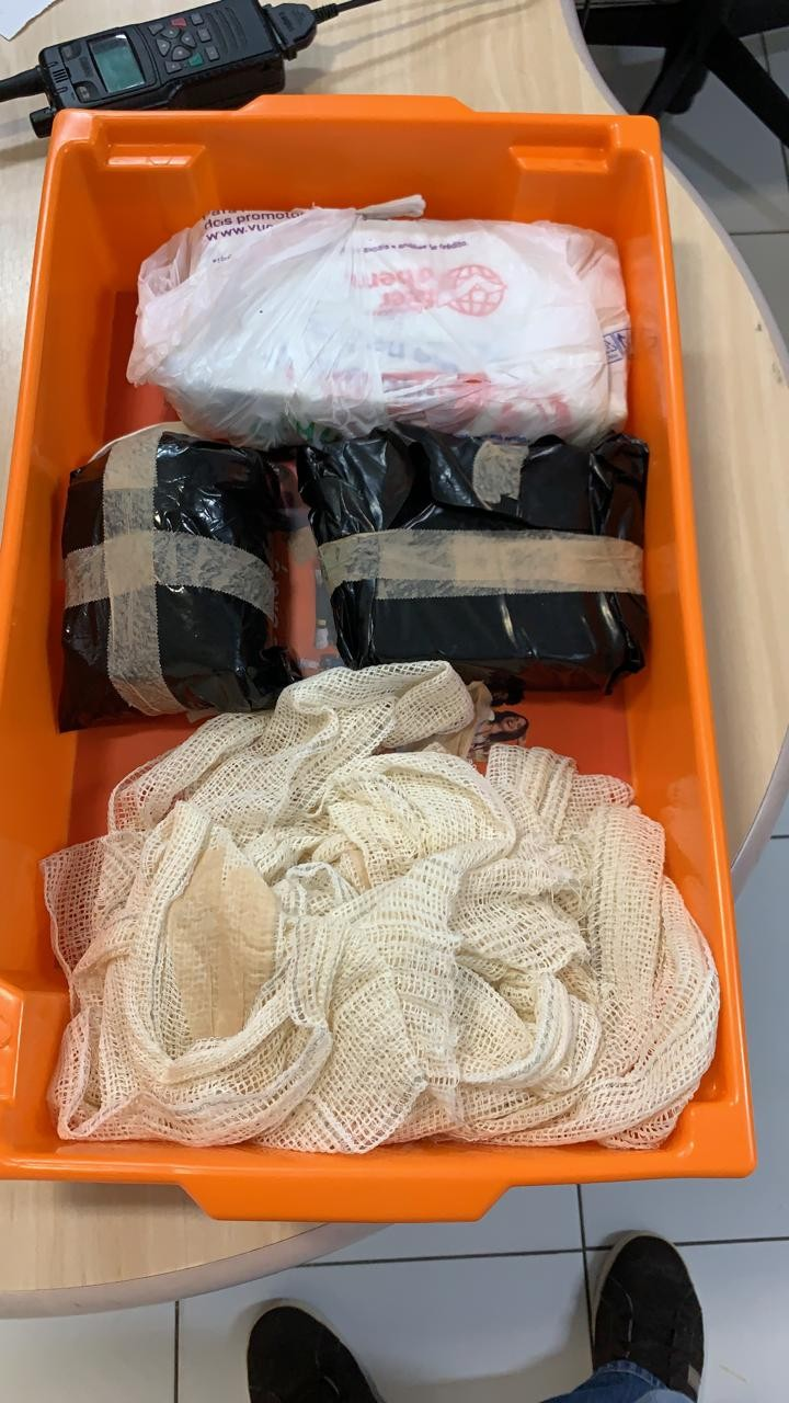 Passageira é presa em aeroporto de MT ao tentar embarcar para o MA com cocaína presa ao corpo