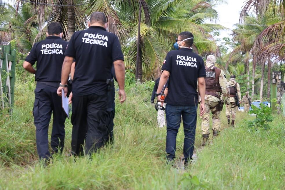 Polícia da Bahia no momento da reprodução simulada da morte do miliciano Adriano da Nóbrega, segundo SSP — Foto: SSP-BA/Divulgação