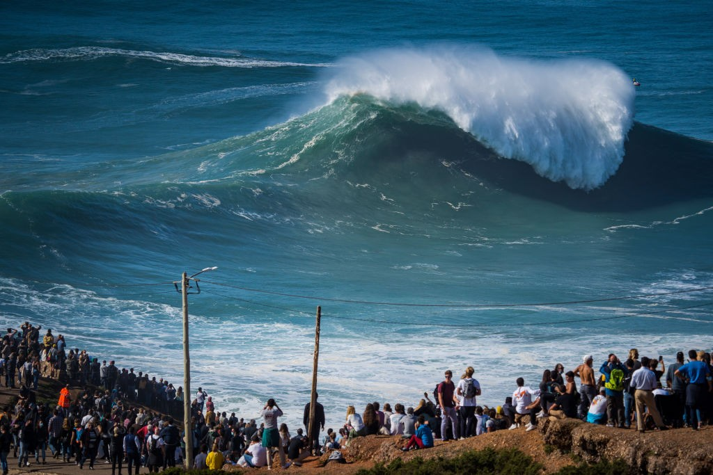 NAZARE, PORTUGAL - 2020/10/29: Despite the COVID-19 pandemic alert to social withdrawal, thousands of people attended the first big swell of the winter season in Praia do Norte. (Photo by Henrique Casinhas/SOPA Images/LightRocket via Getty Images) (Foto: SOPA Images/LightRocket via Gett)