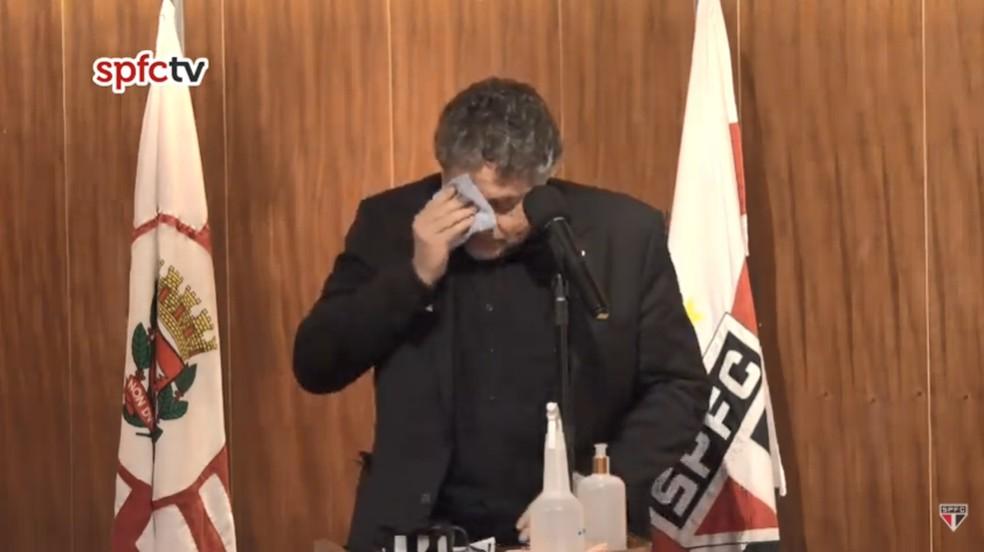 Julio Casares, do São Paulo, se emociona em posse — Foto: Reprodução