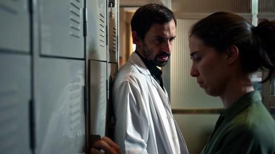 Evandro pede perdão e Carolina toma atitude drástica em 'Sob Pressão'