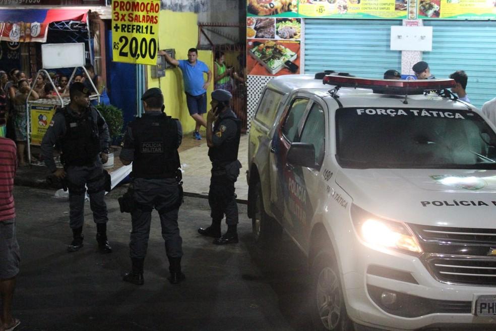 Uma das vítimas morreu em frente a lanchonete (Foto: Rickardo Marques/G1 AM)