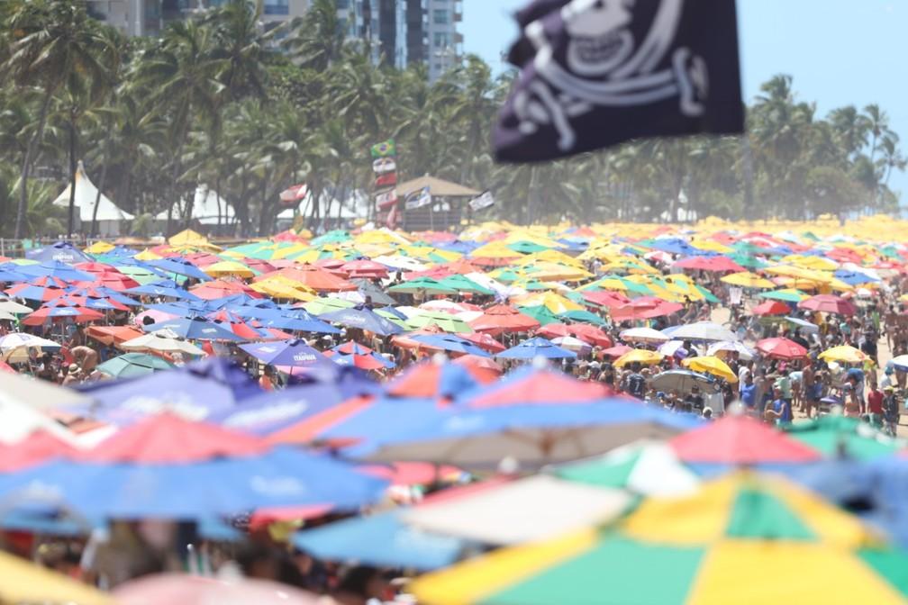 Comerciantes tomaram conta da Praia de Boa Viagem, na Zona Sul do Recife, nesta segunda (7) — Foto: Marlon Costa/Pernambuco Press