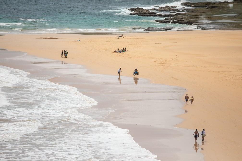 Banhistas curtem a Praia do Leão em Fernando de Noronha. Local tem marcações do projeto Tamar em pontos de desova de tartarugas marinhas — Foto: Fábio Tito/G1