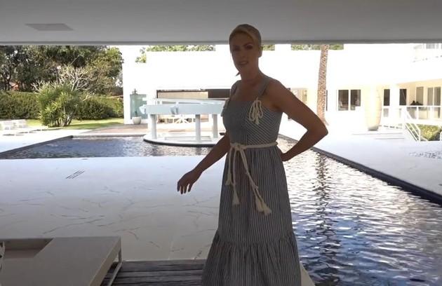 A casa tem uma enorme piscina (Foto: Reprodução)
