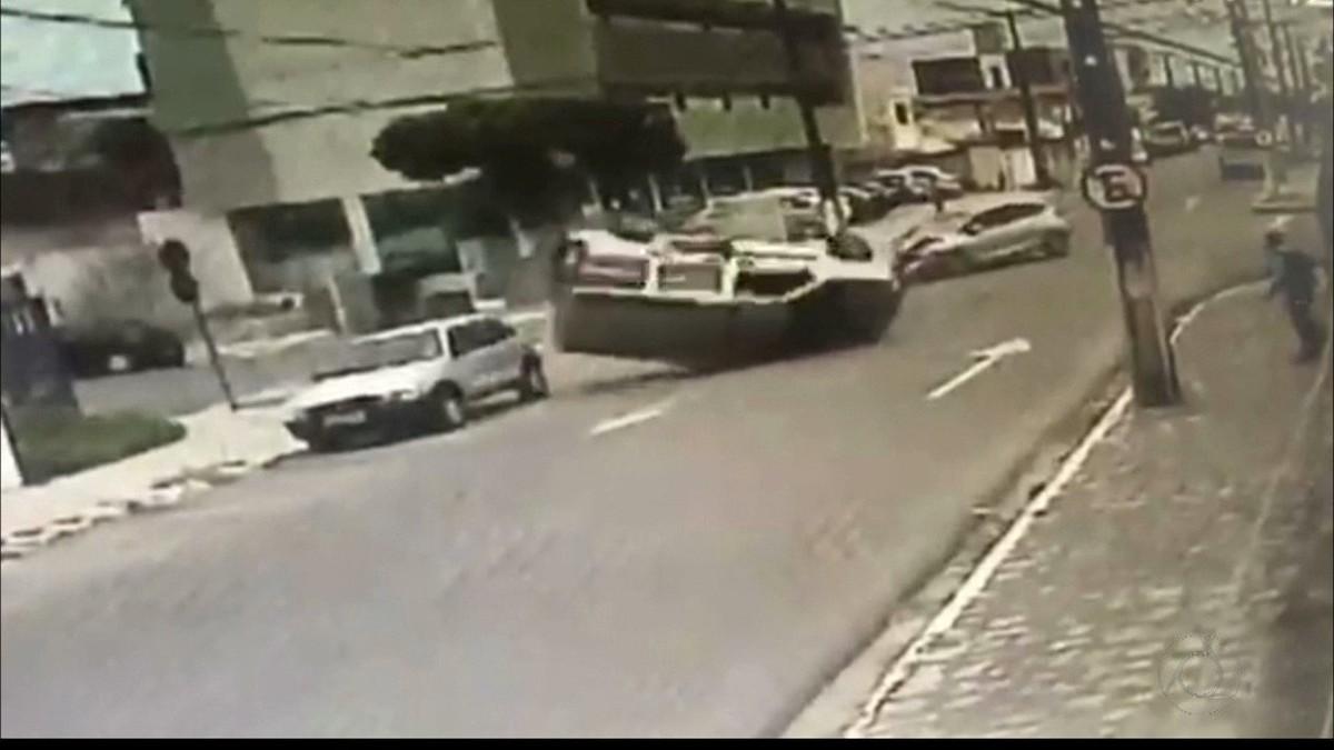 Capotamento na Torre, em João Pessoa, deixa pessoa presa às ferragens; vídeo
