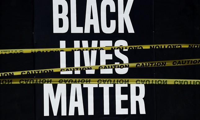 """Cartaz escrito """"vidas negras importam"""", usado em protestos em Washington, EUA"""