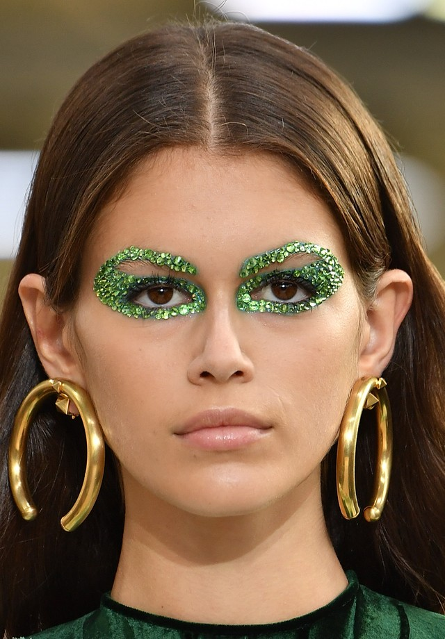 Os olhos de cristais coloridos do verão 2019 da Valentino são inspiração absoluta para a noite de dia das bruxas (Foto: Imaxtree)