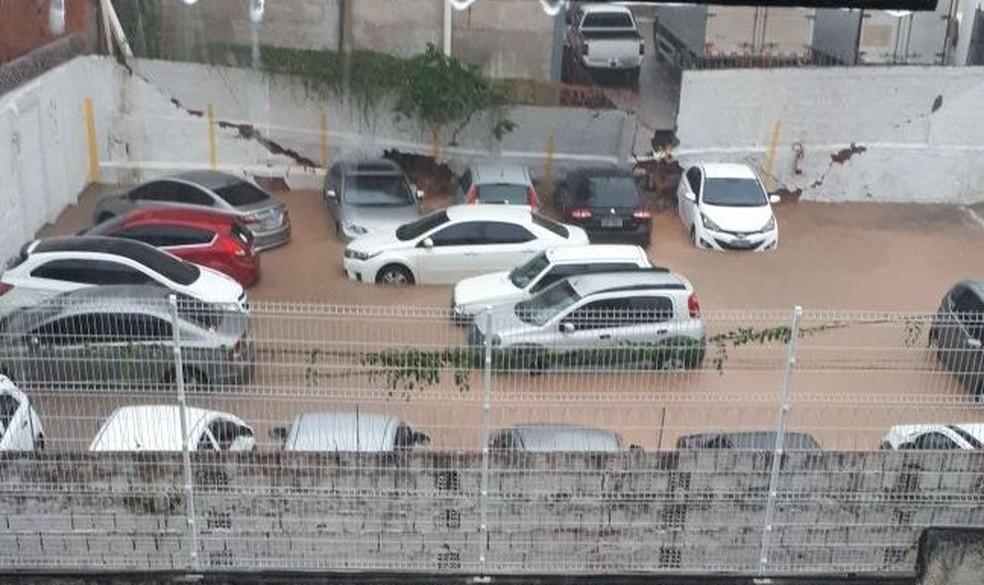 Muro do estacionamento da Secretaria Municipal da Cidade caiu durante temporal e atingiu dois carros (Foto: Victor Augusto/Arquivo Pessoal )