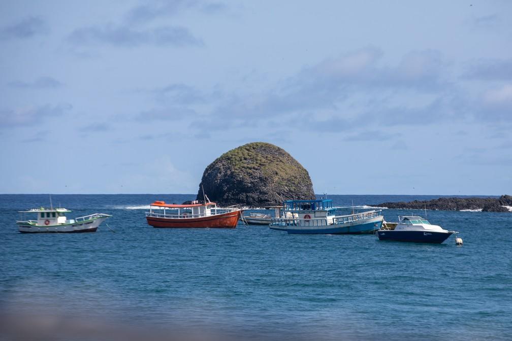 Barcos próximos à Praia do Porto em Fernando de Noronha — Foto: Fábio Tito/G1