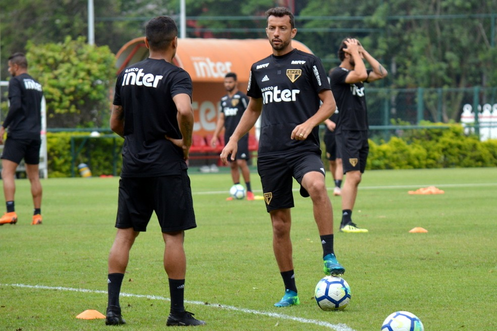 b7d92d986a Nenê quer duas vitórias do São Paulo e seca Grêmio por G-4 na reta ...