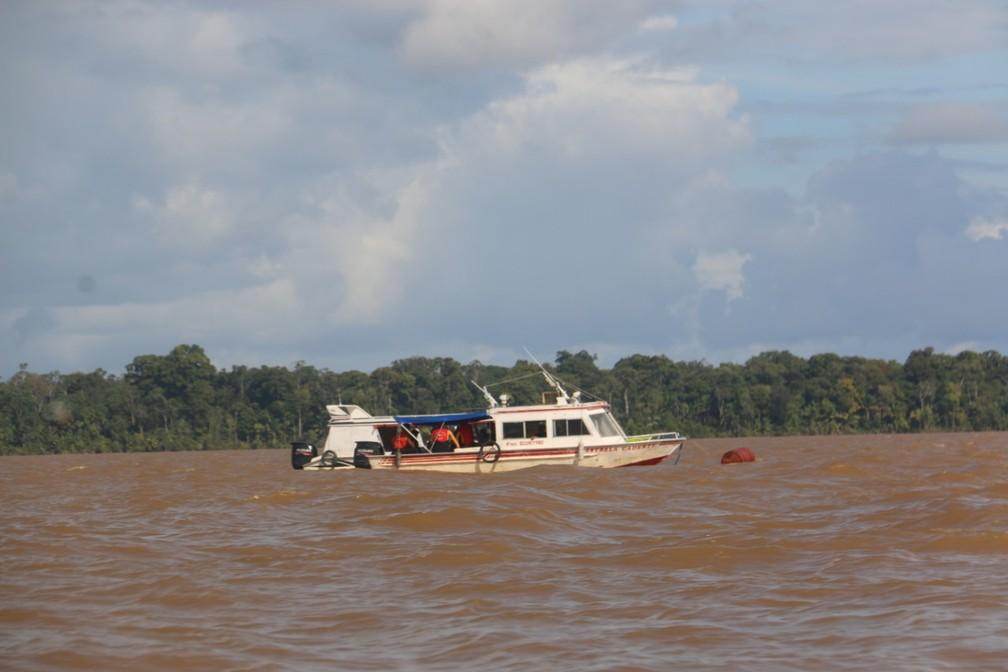 Equipes colocaram boia no local onde embarcação afundou para ajudar nas buscas — Foto: Prefeitura de Almeirim/Divulgação