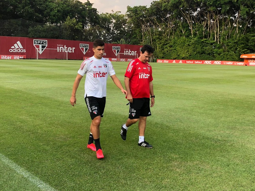 Vitor Bueno conversa com Fernando Diniz em treino do São Paulo — Foto: Marcelo Hazan