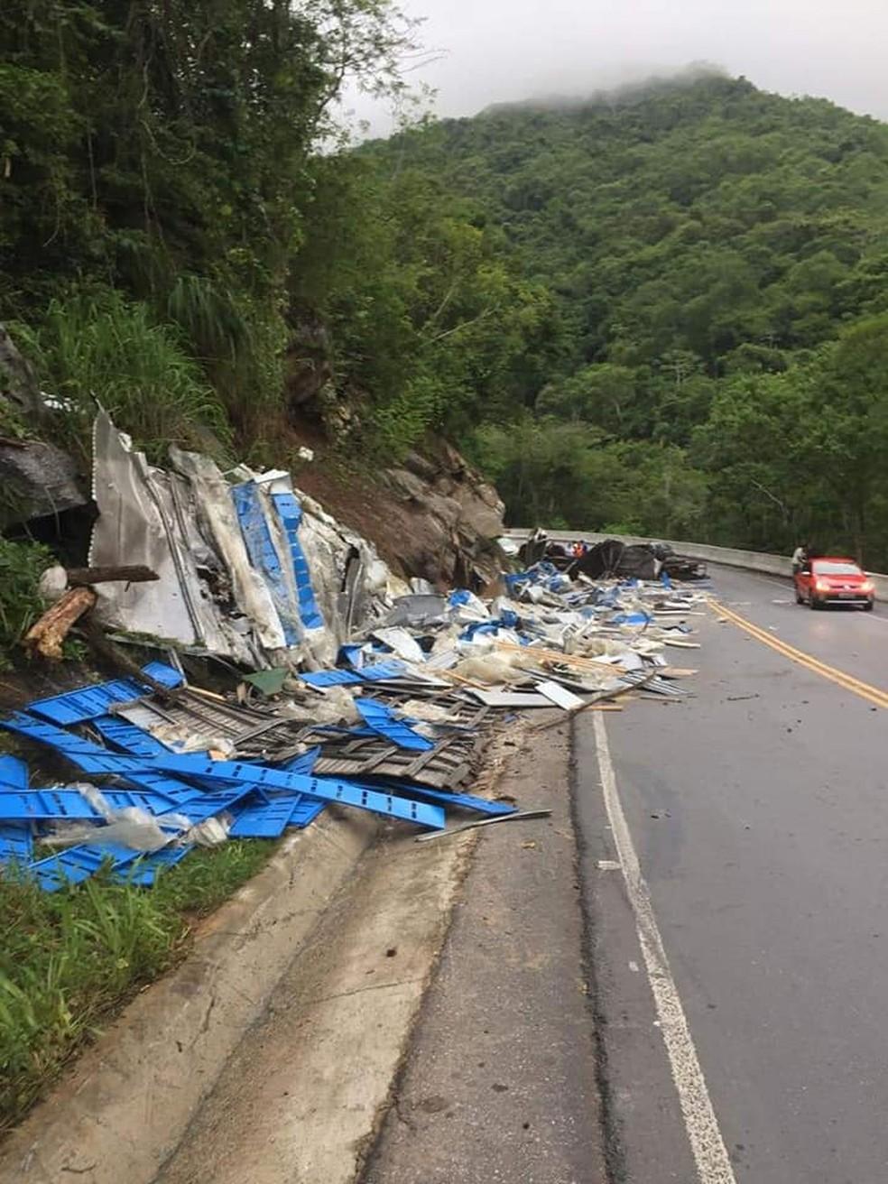 Caminhão estava carregado com gôndolas de supermercado. — Foto: Reprodução/Facebook