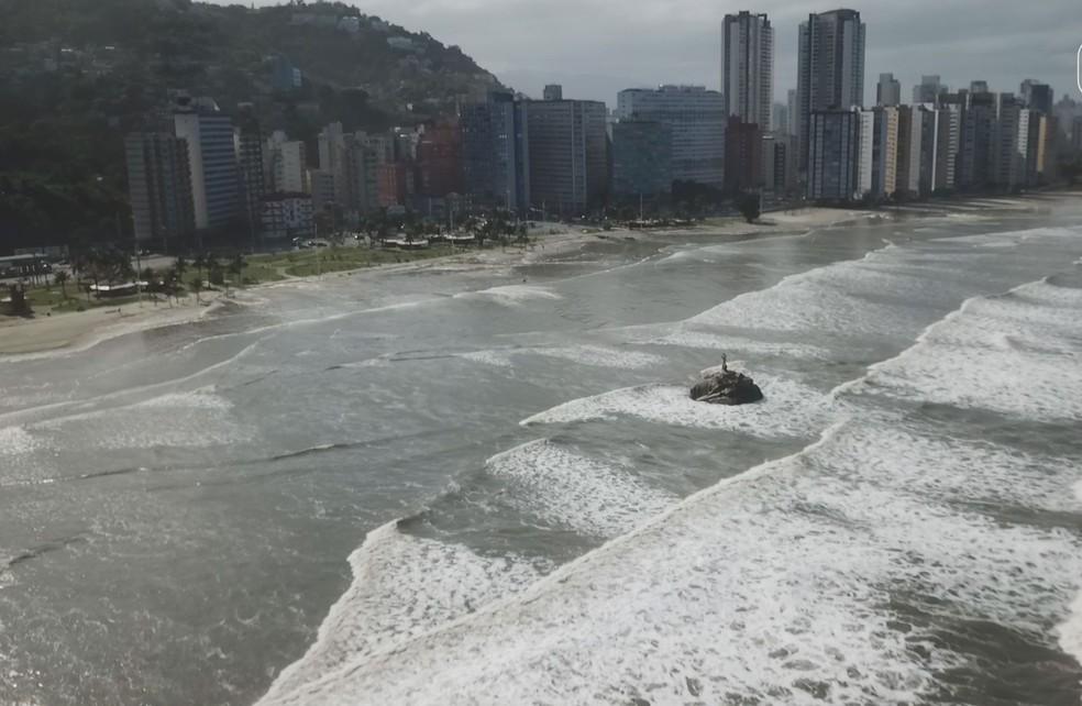 Drone mostra que praia 'desapareceu' com força da maré — Foto: Reprodução/Cavadrone