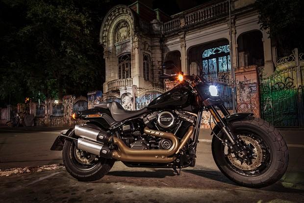 Harley-Davidson Fat Bob foi toda renovada para a linha 2018 (Foto: Daniel das Neves / Autoesporte)