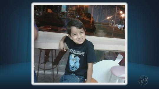 Criança de 10 anos morre após carro bater em poste e capotar em Varginha, MG