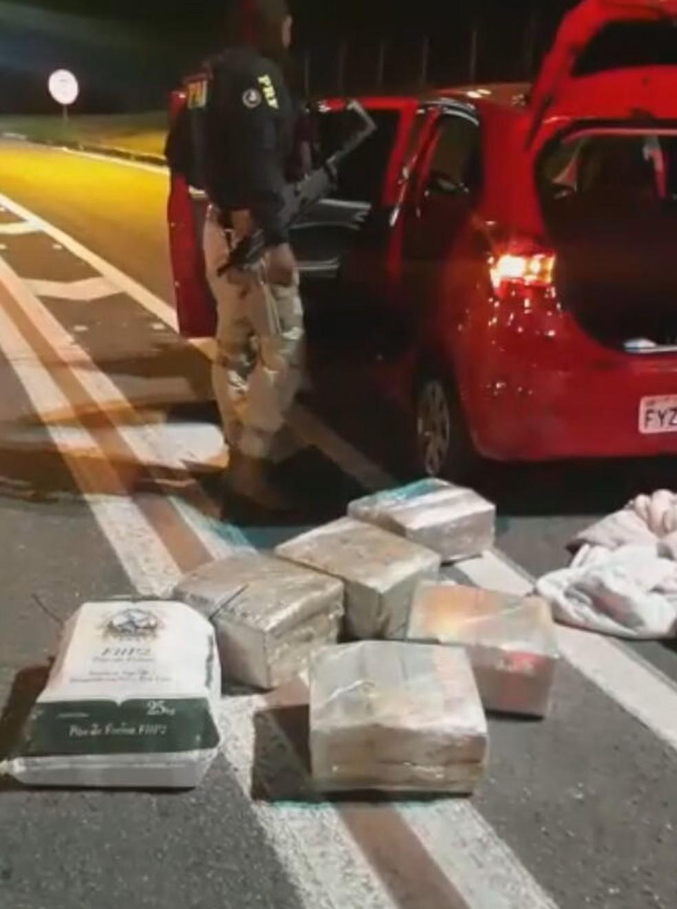 Polícia Rodoviária Federal intercepta veículo com 110 quilos de maconha na BR-116 — Foto: Divulgação
