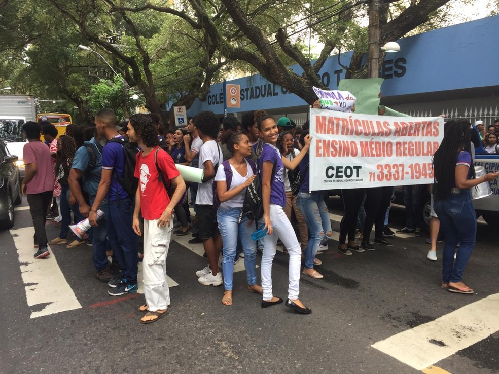 Alunos do Colégio Odorico Tavares realizam protesto em Salvador — Foto: Dalton Soares/G1 Bahia