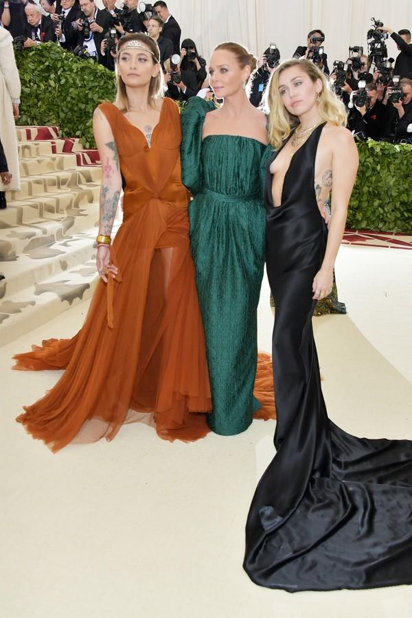 Paris Jackson e Miley Cyrus vestem looks criados por Stella McCartney (ao centro) no baile do Met (Foto: Getty Images)