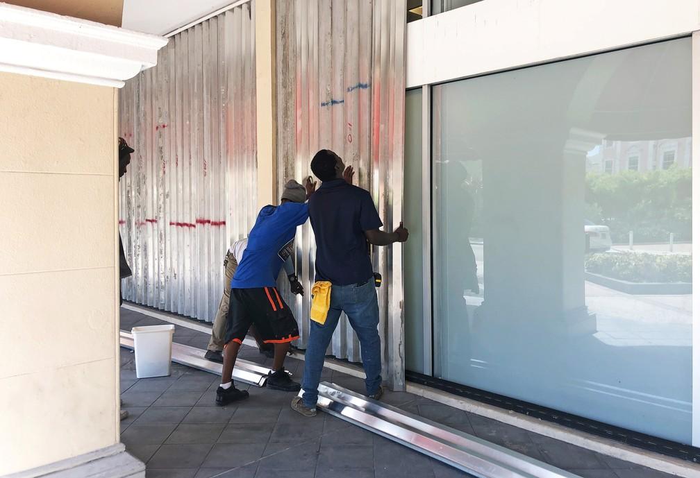 Moradores de Nassau, capital das Bahamas, se preparam para a chegada do furacão Dorian — Foto: Catarina Demony/Reuters