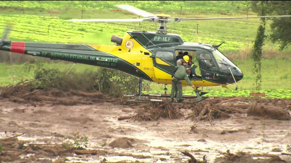 Helicópteros sobrevoam lama de barragem da Vale a procura de sobreviventes em Brumadinho (MG) — Foto: Reprodução/TV Globo