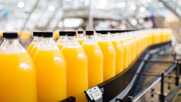 Brasil domina produção e exportação do suco de laranja, mas produto é engarrafado no mercado consumidor (Foto: GETTY IMAGES)