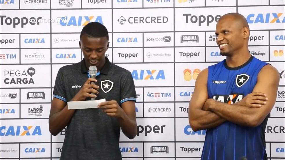 Andrew participou de homenagem ao goleiro Jefferson — Foto: Vitor Silva/Botafogo