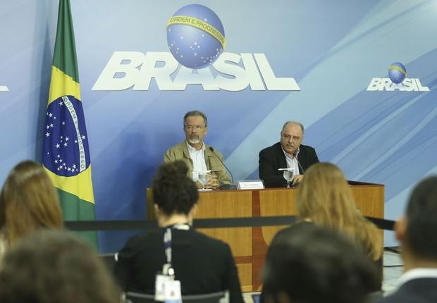Os ministros da Segurança Pública, Raul Jungmann, e do Gabinete de Segurança Institucional, Sérgio Etchegoyen, durante entrevista após reunião do gabinete de monitoramento no Palácio do Planalto (Foto: Valter Campanato/Agência Brasil)