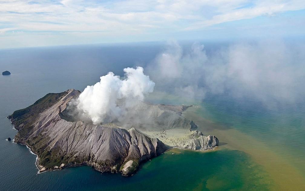 Imagem aérea mostra vulcão da Ilha Branca em erupção nesta segunda-feira (9) — Foto: George Novak / New Zealand Herald / via AP Photo