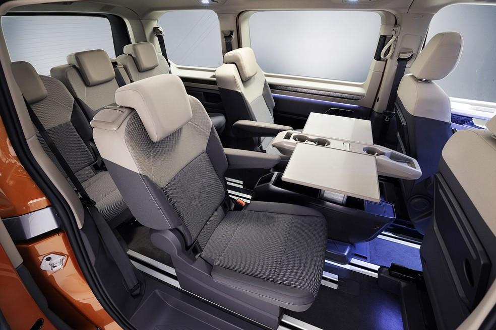 Sucessora da Volkswagen Kombi tem pintura saia-e-blusa, câmbio no painel e motor do Golf GTI 33
