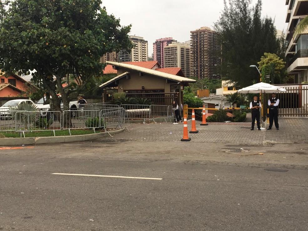 Na manhã desta segunda-feira (29), entrada do condomínio de Bolsonaro estava vazia — Foto: Narayanna Borges/GloboNews