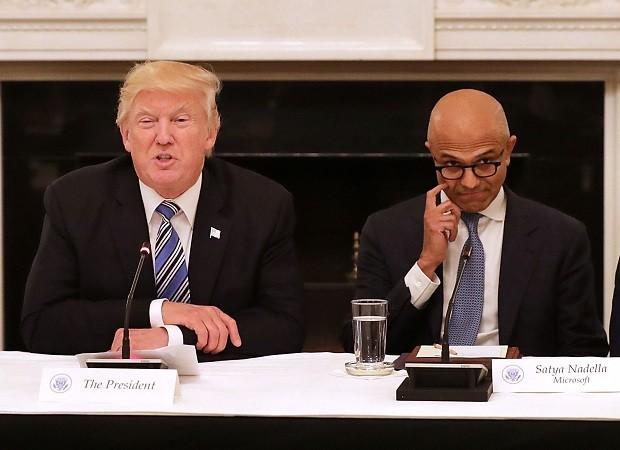 O presidente dos EUA, Donald Trump, ao lado do CEO da Microsoft, Satya Nadella, em evento na Casa Branca (Foto: Chip Somodevilla/Getty Images)