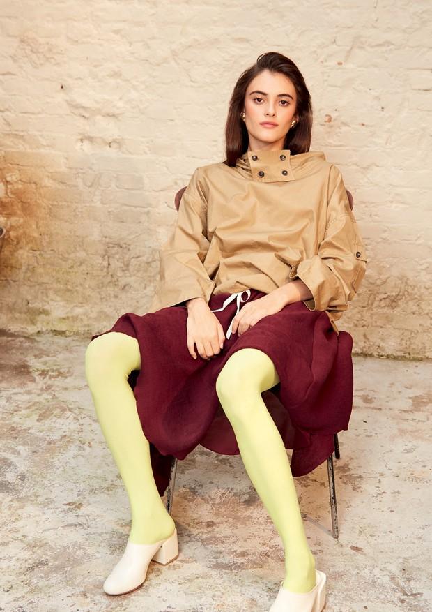 Parka Sissa (R$ 1.050) usada sobre vestido Cris Barros (R$ 2.282), meia-calça Lupo (R$ 44), mules Pége (R$ 990) e brincos Gostou Acessórios (R$ 176) (Foto: Michelle Rue)