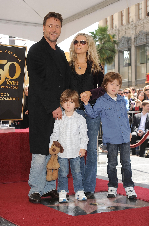 O ator Russell Crowe em uma foto antiga com a ex-esposa e seus filhos (Foto: Getty Images)