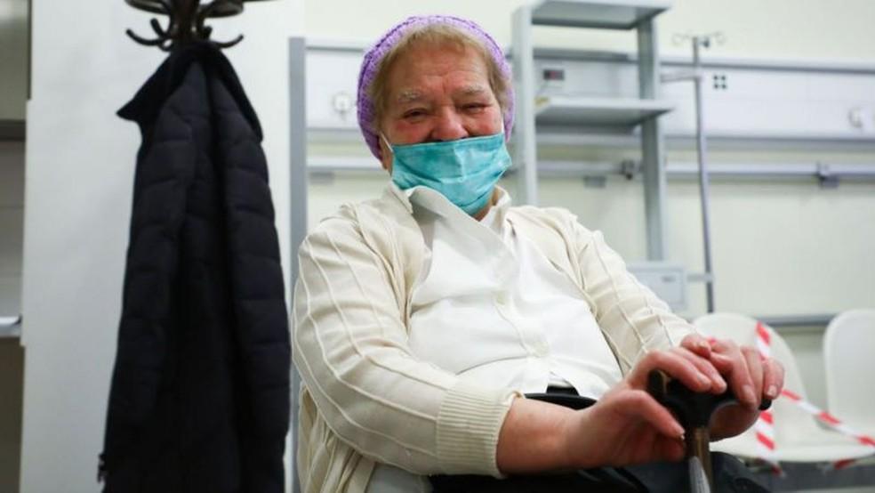 Ainda não há respostas concretas sobre o período que a vacina deixa a pessoa imune contra o vírus — Foto: Getty Images/BBC
