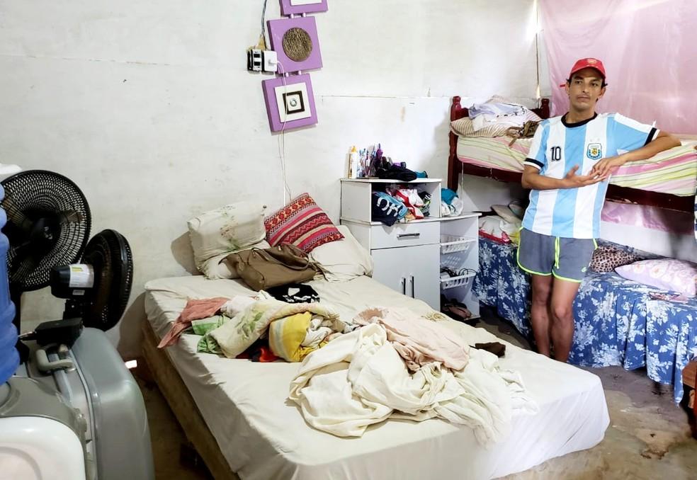 Marlon mora com a mãe e os irmãos em um barraco de apenas um cômodo em Fernando de Noronha — Foto: Ana Clara Marinho/TV Globo