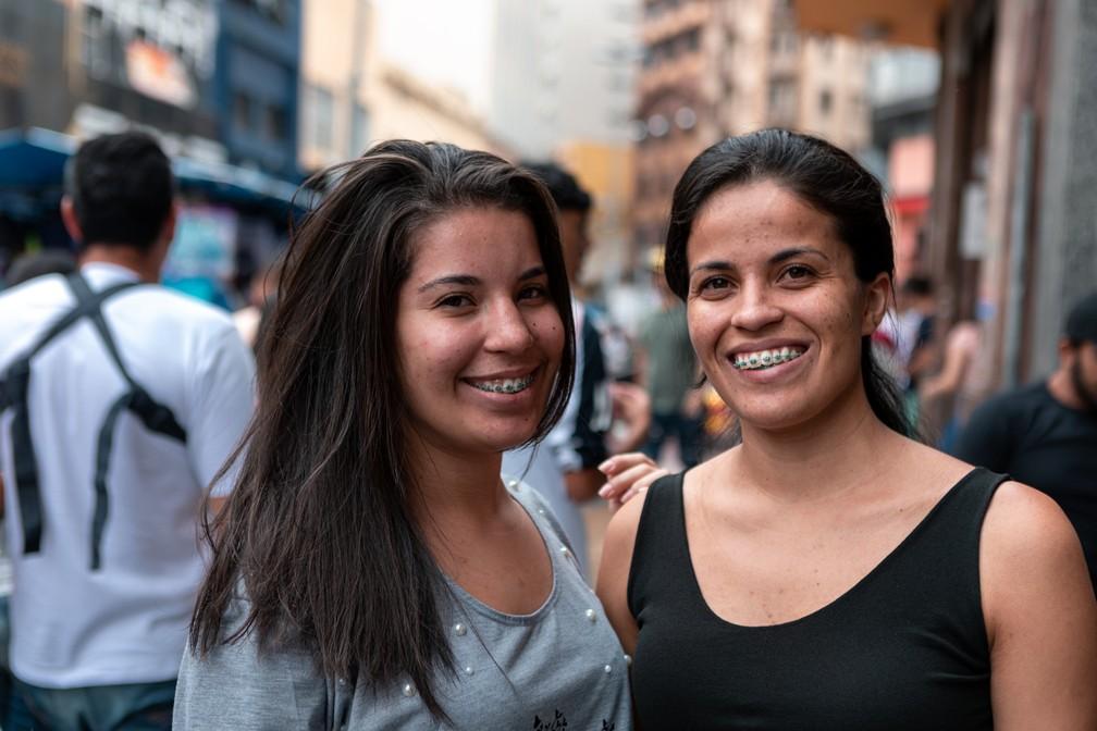 As irmãs Andressa (à esquerda) e Amanda dos Santos fazem compras na 25 de março para abastecer sua confecção — Foto: Marcelo Brandt/G1