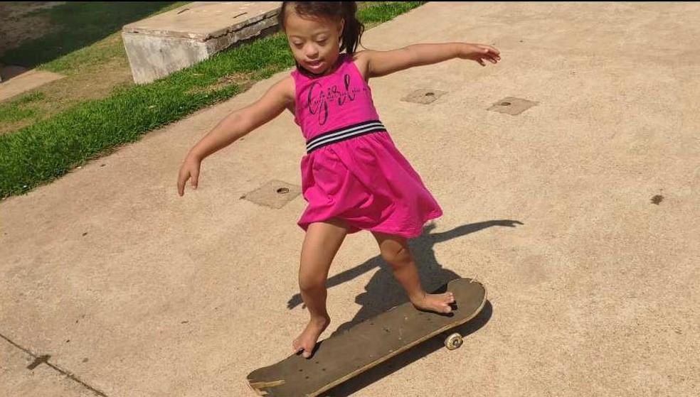 Alice Fagundes adora brincar de skate, em Aparecida de Goiânia.  — Foto: Thais Barbosa / TV Anhanguera