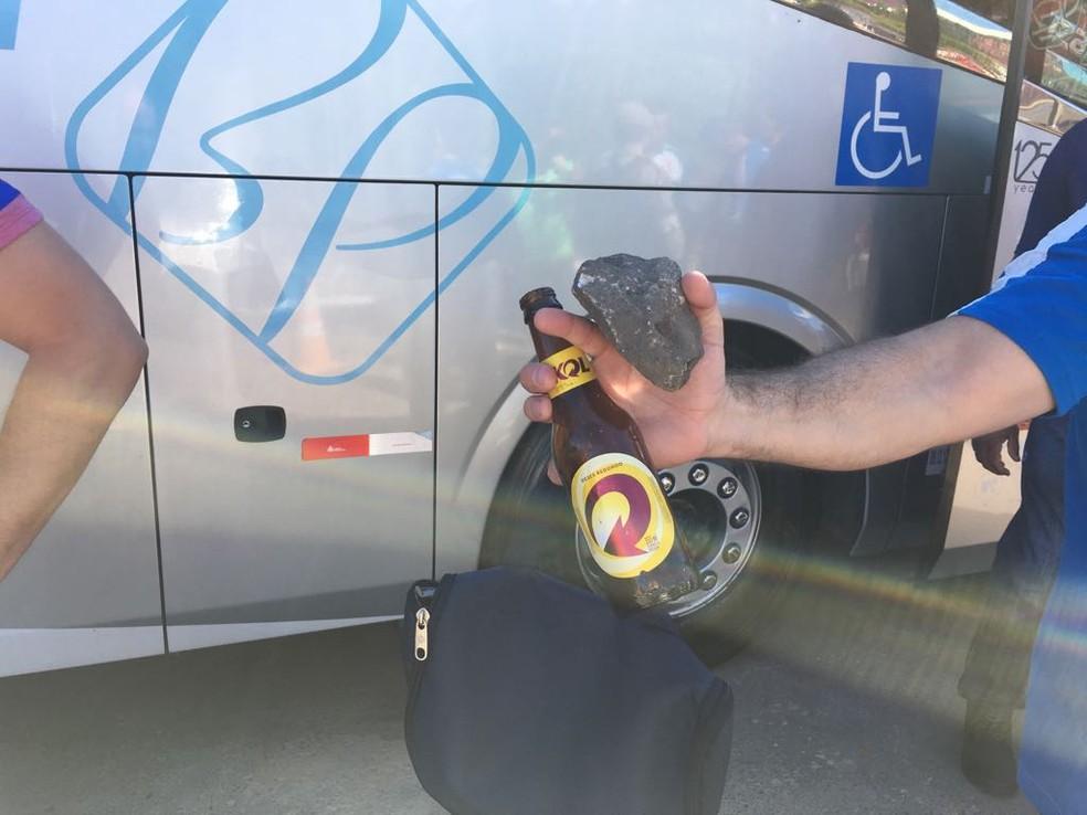 Pedra e garrafa de cerveja encontradas dentro do ônibus do Bahi (Foto: Eduardo Oliveira/TV Bahia)