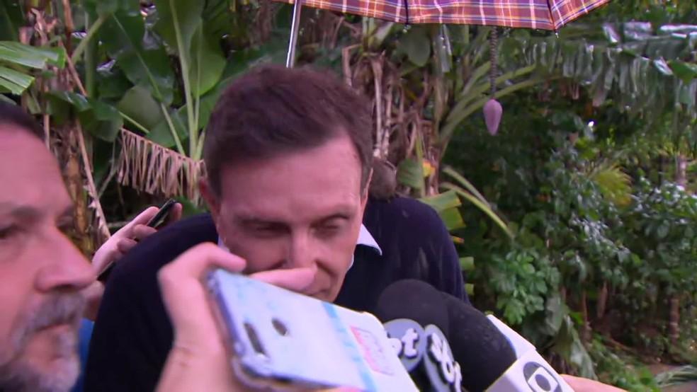 Crivella é atingido por barro atirado por morador em Realengo ao falar sobre as consequências da chuva no Rio — Foto: Reprodução/TV Globo