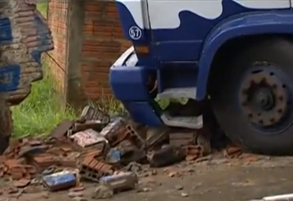 Caminhão bateu em um muro na Vila Marcondes, em Presidente Prudente (Foto: Reprodução/TV Fronteira)