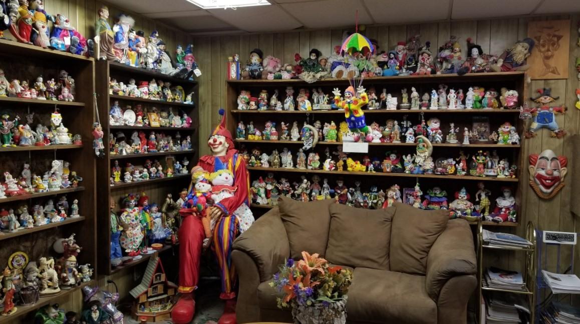 O dono do Clown Motel tem uma coleção de palhaços na entrada no local