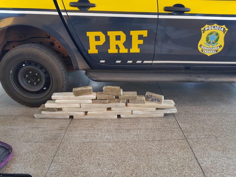 PRF prende passageira de ônibus transportando 24 kg de maconha — Foto: Divulgação/Polícia Rodoviária Federal