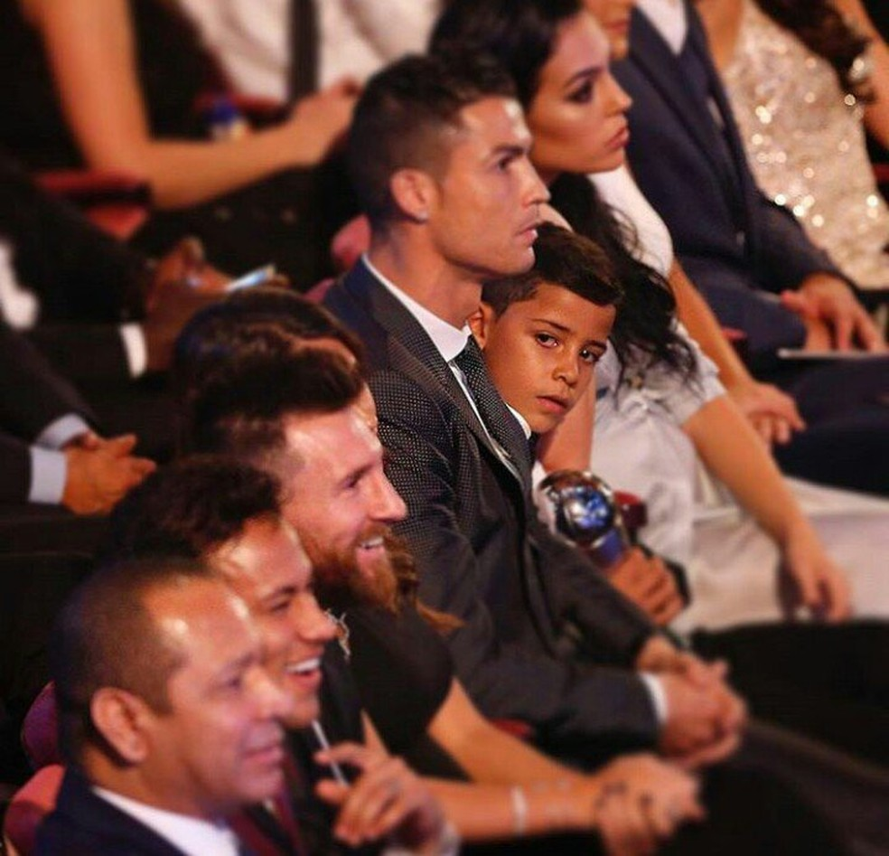 Filho de Cristiano Ronaldo olha para Messi durante a festa do Fifa The Best, em outubro passado (Foto: Twitter)