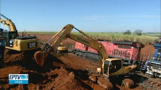 Após descarrilamento em Taquaritinga, locomotivas de 200 t são rebocadas para manutenção