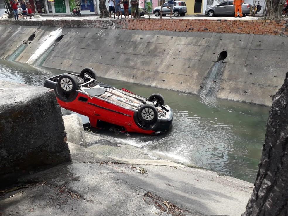 Carro caiu em igarapé em Manaus. — Foto: Rebeca Beatriz/G1 AM