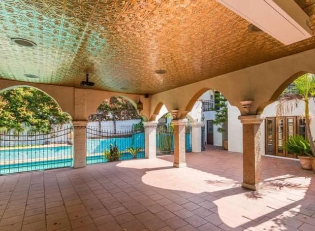 O estilo marroquino de arquitetura faz o ambiente parecer ainda mais rústico (Foto: Hilton & Hyland/ Reprodução)