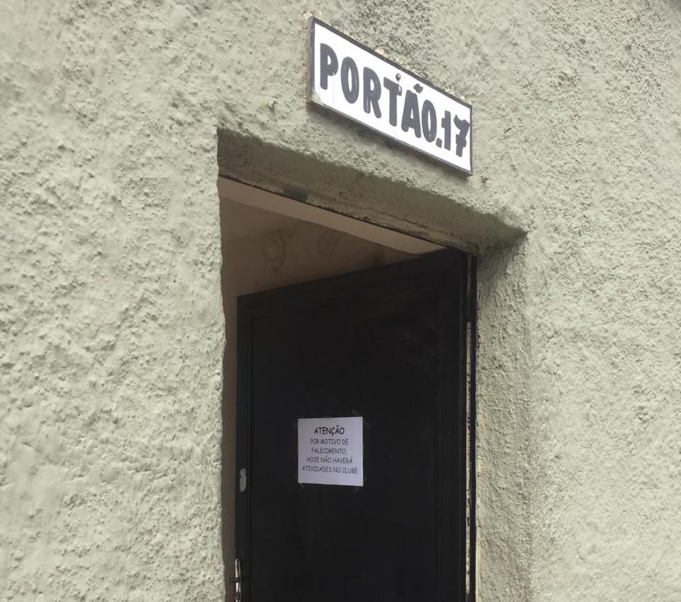 Cartaz em porta de São Januário informa o cancelamento das atividades no clube — Foto: Raphael Zarko
